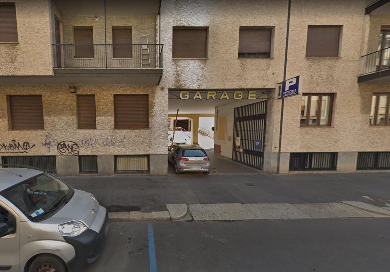 이탈리아 자동차 여행, 육중한 철문으로 입구를 막고 있는 밀라노 주차장  Garage 정면 모습