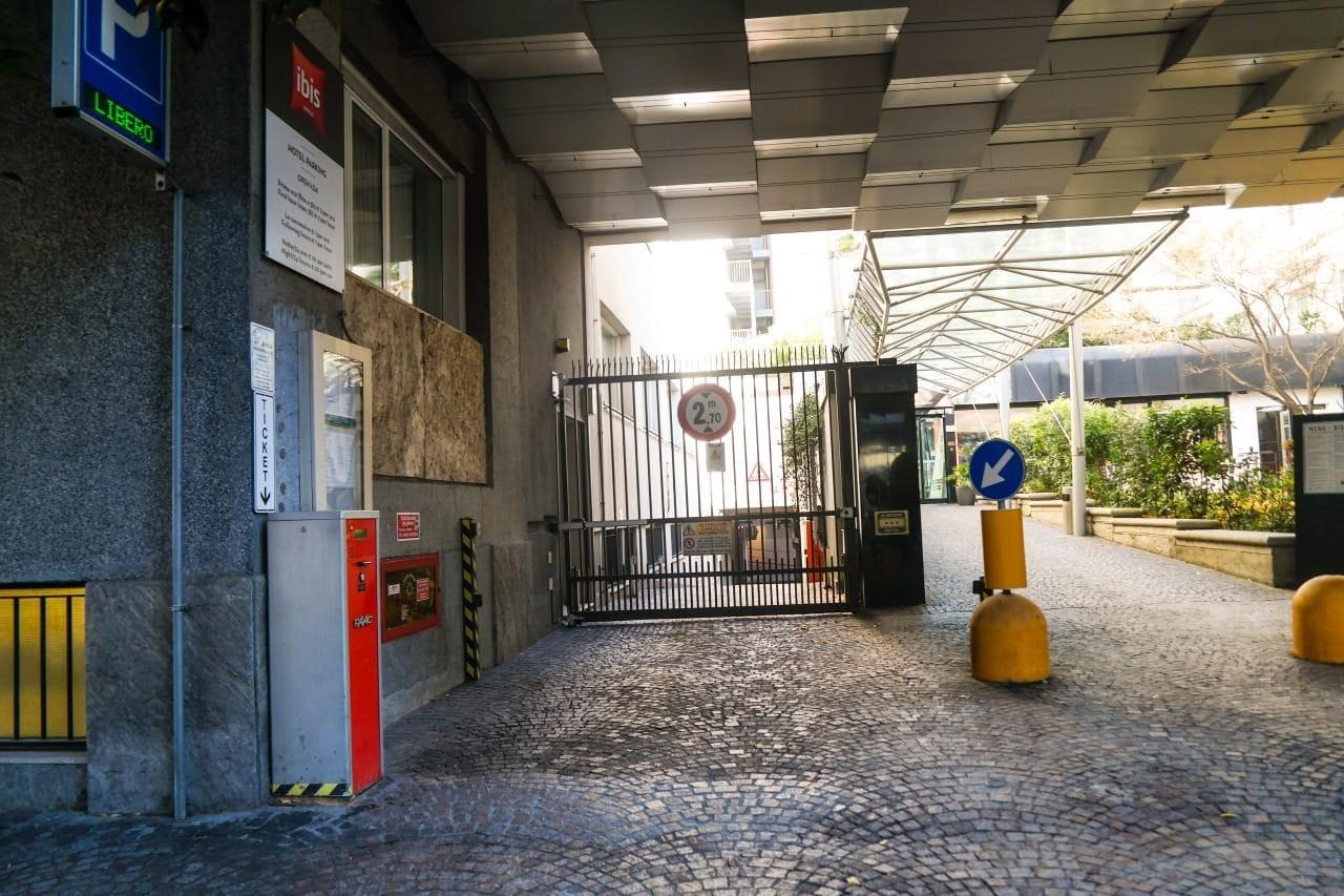 이탈리아 자동차 여행, 처음 엄청 놀랐던 호텔의 폐쇄 주차장 철문, Image by Happist