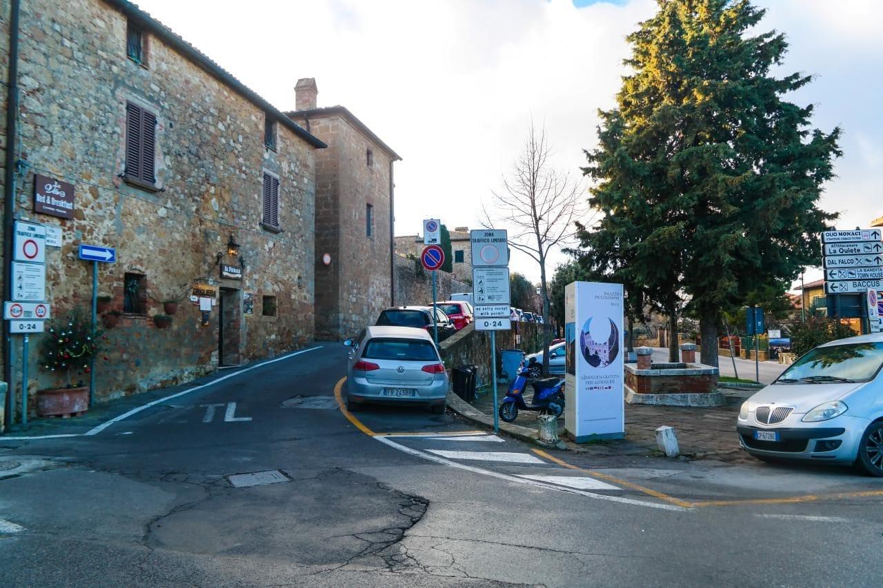 이탈리아 자동차 여행, 피엔차 입구, 골목 입구에는 ZTL 표시가 선명하다, Image - Choi dongsoon