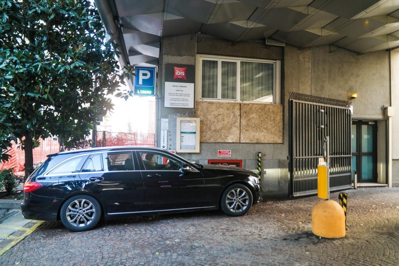 이탈리아 자동차 여행, IBIS 호텔 주차장 입구, 버튼을 누르니 입구가 열리는 모습, Image by Happist