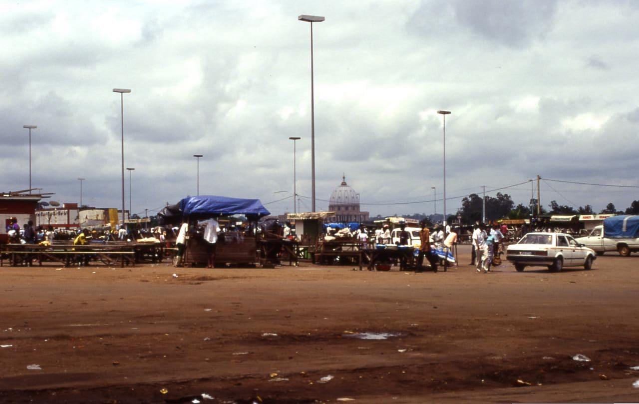 코트디부아르 야무수크로(Yamoussoukro)성모평화 대성당(Basilica of Our Lady of Peace)이 보이는 빈민가, Image - Wiki