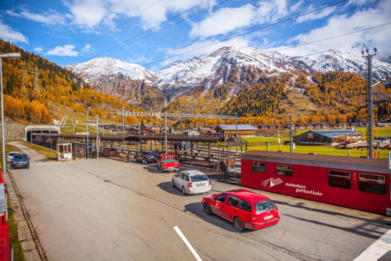 푸르카 트레인에 탑승하고 있는 자동차들 Furka car train, Image - SwissTourism