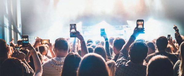 삼성 갤럭시 스마트폰으로 공연 사진을 찍는 사람들, Image - Samsung Featured