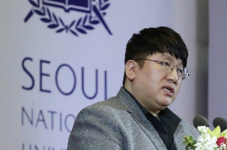 서울대 졸업식에서 축하하는 방시혁 대표, Image - 뉴스1