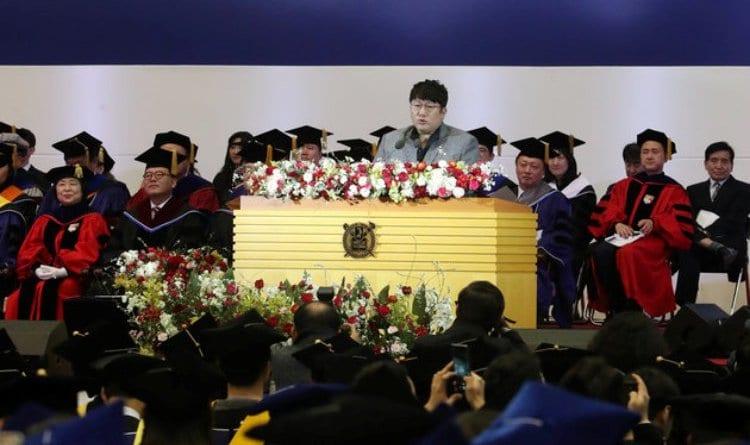 서울대 졸업식에서 축하하는 방시혁 대표02 Image  - 뉴스1