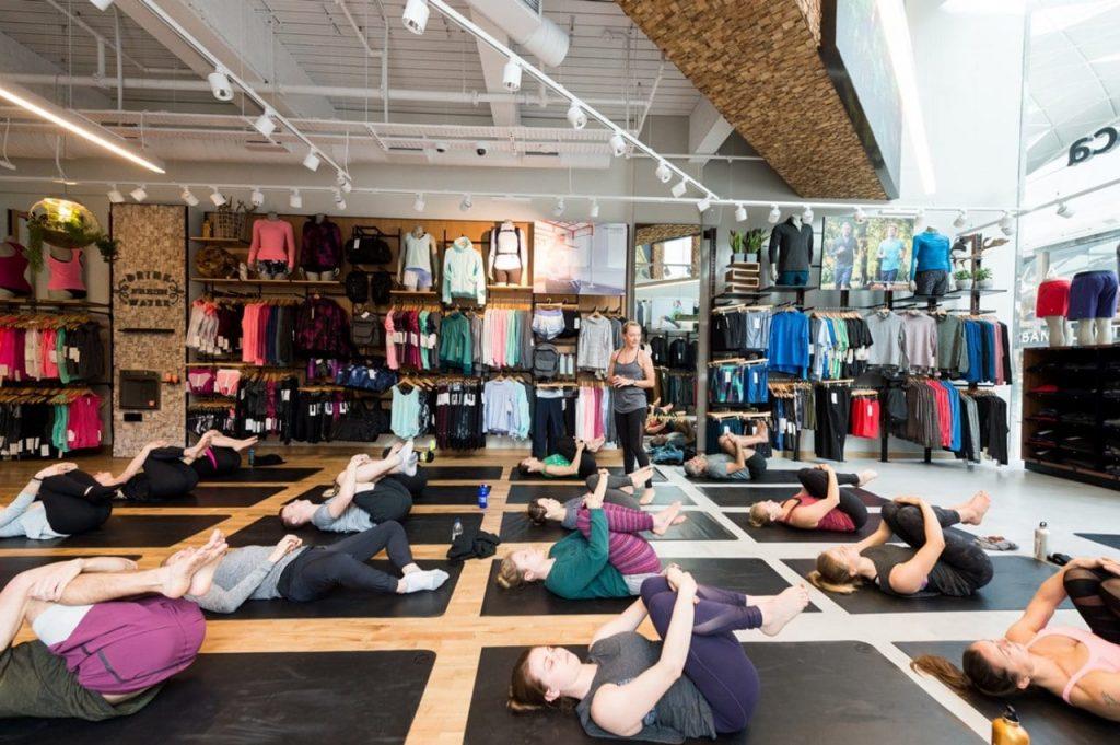 오틀리(Oatly)가 참조한 룰루레몬 전략, 룰루레몬 매장안에서 열린 요가 클래스, Yoga class at Lululemon at Westfield London, Image - Drapers