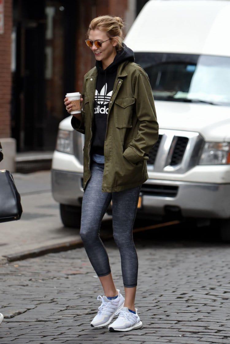 룰루레몬 애슬레저 look의상을 입고 거리를 걷는 Karlie Kloss, Image - Celebmafia