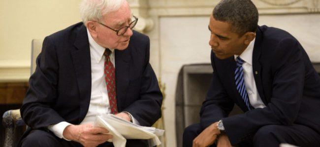 버락 오바마와 자리하고 있는 워렌 버핏. 오바마 행정부는 2008년 금융위기의 여파로 복잡한 금융 파생상품의 사용을 억제하기 위한 조치를 취했다.