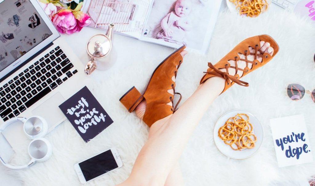 패션 컴퓨터 미끈한 다리  Fashion hipster-mum_Featured