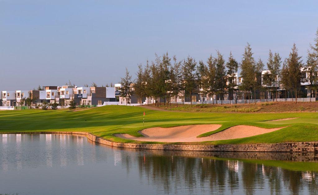몽고메리 링크스 골프클럽(Montgomerie Links Golf Club), 홀 9에서 보이는 빌라 풍경