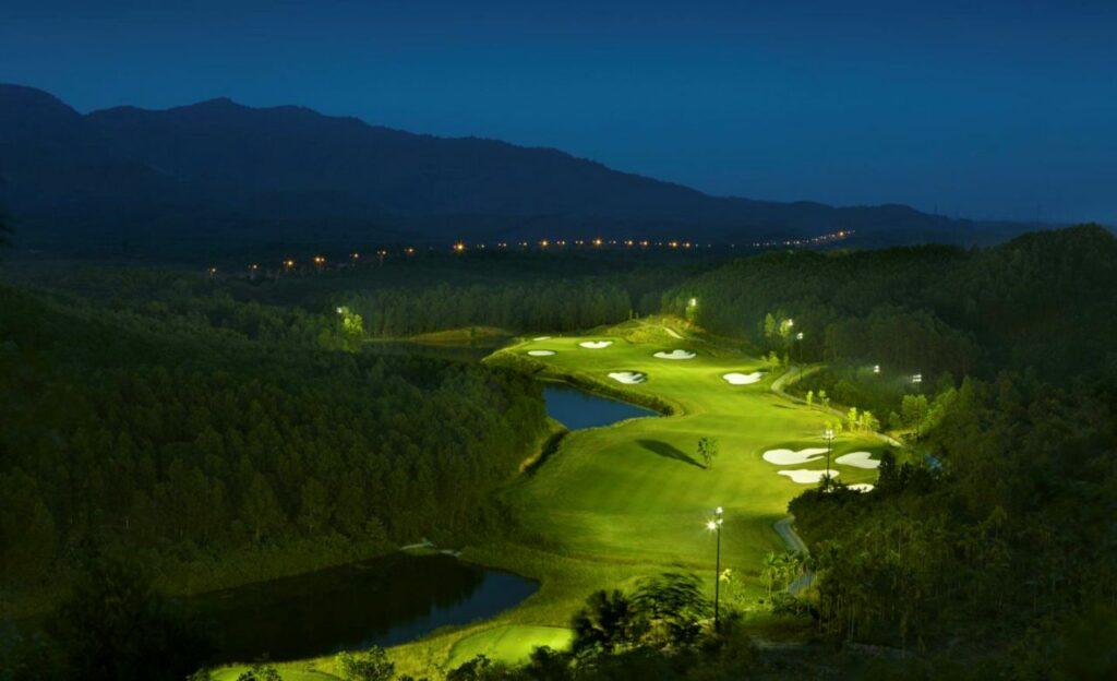 바나힐 골프클럽(Ba Na Hills Golf Club), 하늘에서 바라본 11번 홀 야간 조명한 모습
