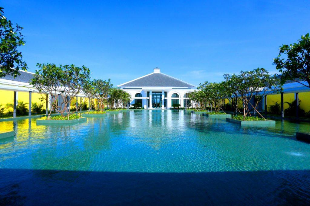 빈펄 골프 남 호이안(Vinpearl Golf Nam Hoi An) 인상적인 클럽하우스와 호수 전경