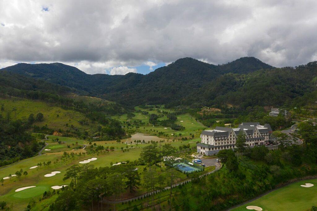 샴 투옌럼 골프클럽(Sam Tuyen lam Golf Club),  소나무 숲으로 둘러쌓인 골프장 풍경