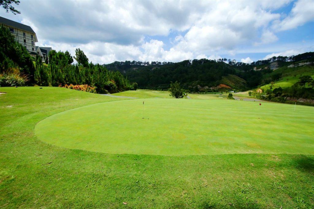샴 투옌럼 골프클럽(Sam Tuyen lam Golf Club), 숲으로 둘러쌓인 골프장 필드 풍경