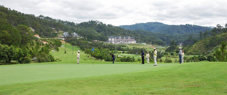 샴 투옌럼 골프 앤 리조트(Sam Tuyen lam Golf & Resort) 골프장에서 라운딩하는 사람들