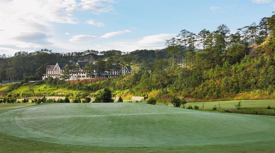 샴 투옌럼 골프 앤 리조트(Sam Tuyen lam Golf & Resort) 골프장에서 바라본 스위스벨 리조트 전경 02