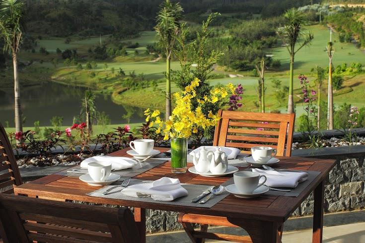 샴 투옌럼 골프 앤 리조트(Sam Tuyen lam Golf & Resort) 내 스위스벨 리조트 테라스 레스토랑 식탁 풍경