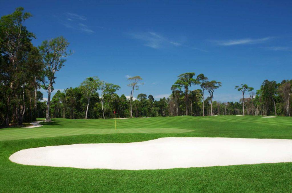 푸꾸옥 빈펄 골프장(Vinpearl Golf Phu Quoc), 우거진 나무숲, 푸른 하늘, 하얀 모래 벙커 그리고 푸른 페어웨이가 잘 어울리는 코스 풍경