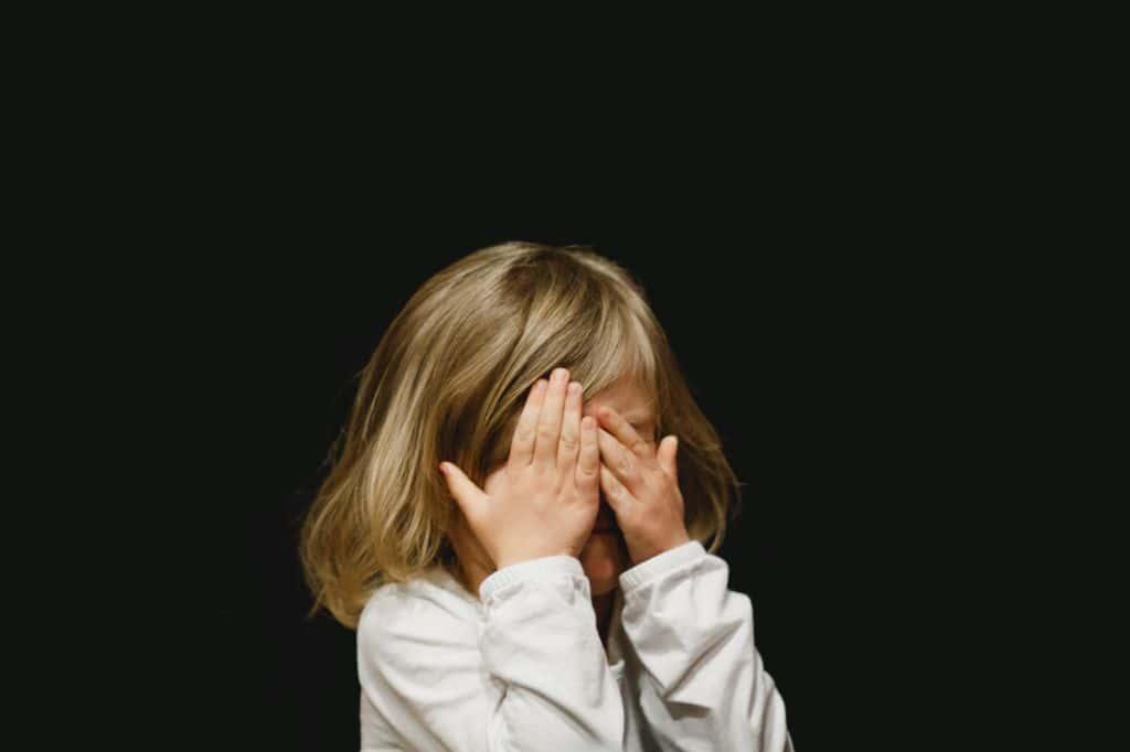 눈을 가린 소녀, GIrl covering her face,  Featured, Photo by Ccaleb Woods