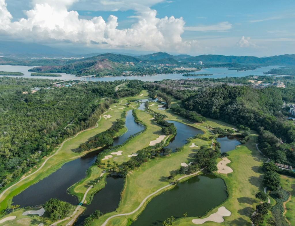 달릿베이 GC(Dalit Bay Golf & Country Club) 전반 9홀, 호수와 필드가 있는 골프장 풍경, Image from Dalit Bay Golf & Country Club