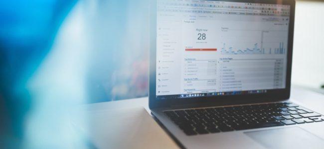 맥북 프로에서 구글 애널리틱스 분석 테이블을 살펴보다, macbook pro on brown table