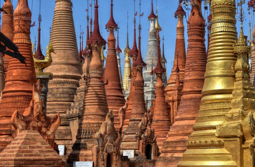 미얀마 인레 호수(Inle Lake)를 지나 만날 수 있는 웨인 테인 사원, Stupas of the Inn Thein monastery next to the Inle lake, Myanmar, Photo by jp-desvigne