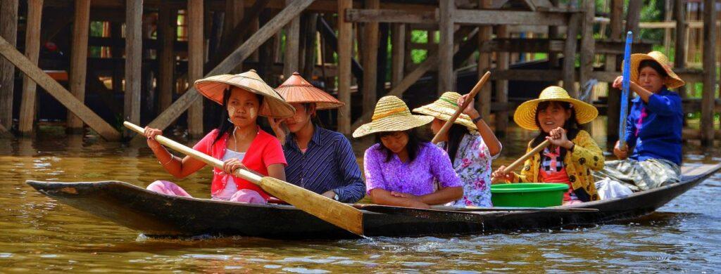 미얀마 인레 호수(Inle Lake)에서 배를 타고 이동한 현지인 여성들, Photo by rmac8oppo