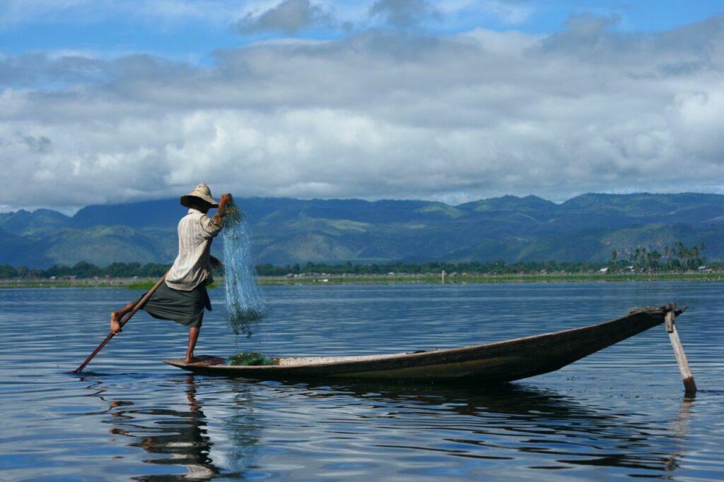 미얀마 인레 호수(Inle Lake)의 어부, Photo by Rav