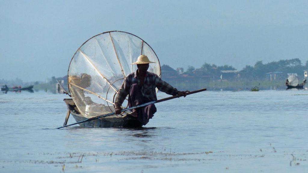미얀마 인레 호수(Inle Lake)의 어부, Photo by jovanel