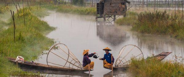 미얀마 인레 호수(Inle Lake) 배위에서 차를 마시는 두 사람, Tea For Two, Photo by julien-de-salaberry