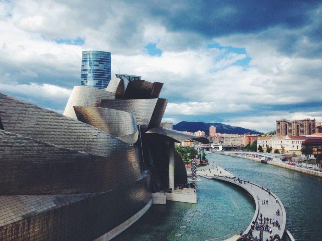 스페인 비발오 구겐하임 미술관과 강 그리고 보도 다리 풍경,  Photo by SnapwireSnaps
