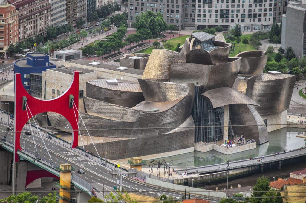 스페인 비발오 구겐하임 미술관과 살베코 주비아(Salbeko Zubia) 다리의 대조적 컬러, Guggenheim Museum Bilbao, Bilbo, Spain, Photo by Enrique