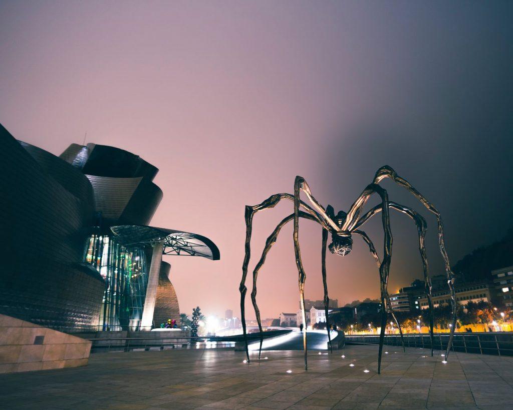 스페인 빌바오 구겐하임 마술관 앞에 전시된루이스 부르주아(Louise Bourgeois)의 거미 마망(Maman), Photo by sebastian-staines