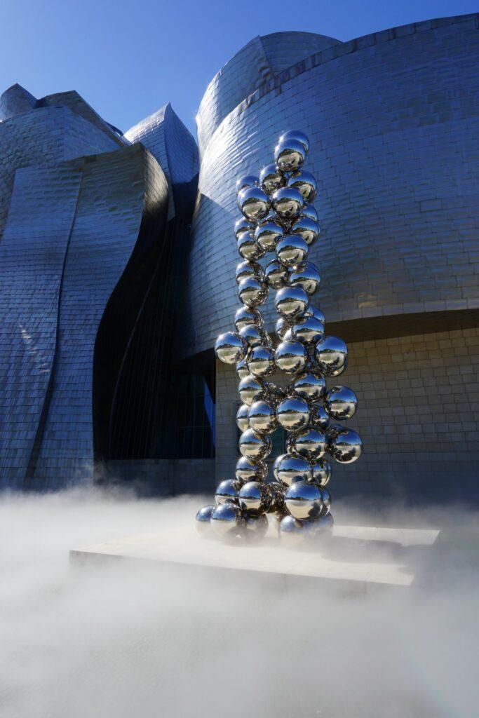 스페인 빌바오 구겐하임 미술관 앞에 설피된 아니쉬 카푸어(Anish Kapoor)의 '키 큰 나무와 눈(Tall tree and the Eye, 2009), Guggenheim Museum, Bilbao, Spain, Photo by lucia-hernandez