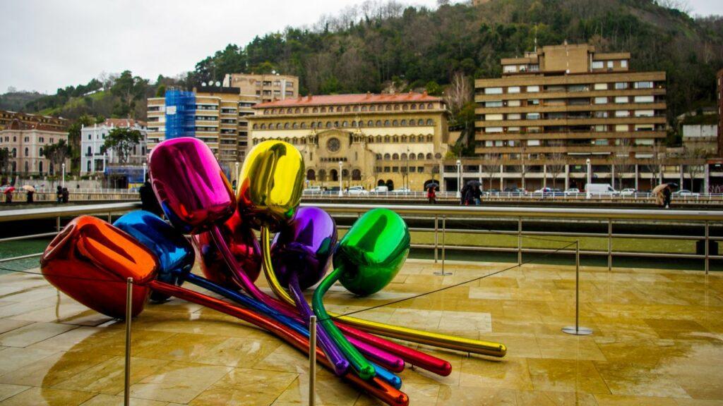 스페인 빌바오 구겐하임 미술관 전시 작품 제프리 쿤스의 튤립(Tulips), Photo by Ramon Perucho