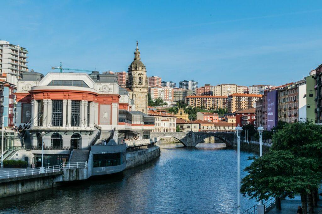 스페인 빌바오 뚜껑덮은 재래시장이 보이는 네르비온 강변 풍경, Bilbao, Photo by javier alamo