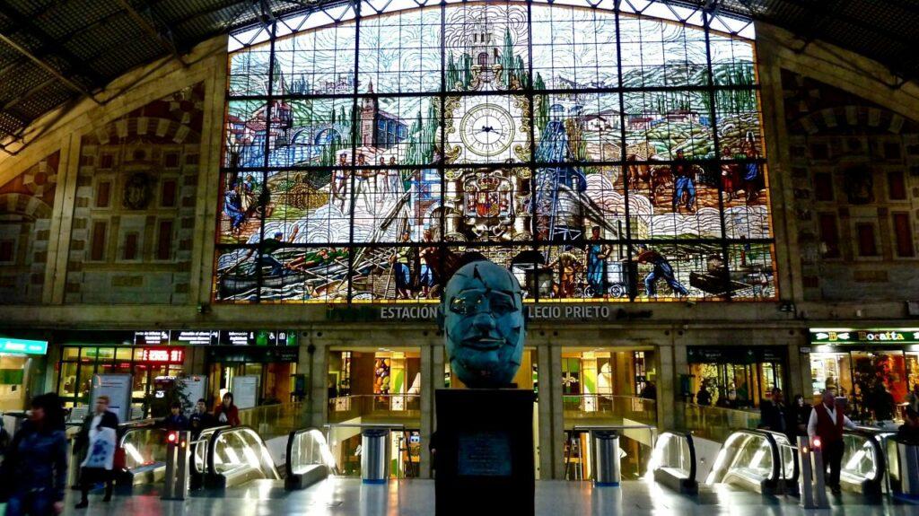 스페인 빌바오 알반도역 스테인드글라스와 시계, Stained glass window with clock in the Abando Indalecio Prieto railway station in Bilbao Spain, Photo by Arjan Richter
