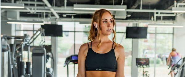 애플 에어팟을 착용하고 운동하고 있는 여인2, featured, Photo by benjamin-klaver