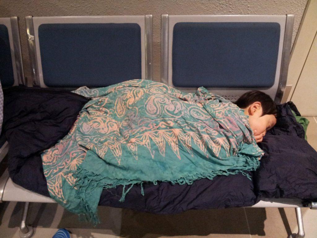 즐거운 여행이었지만 돌아오는 길은 쉽지 않았다. 너무 피곤해서 공항에서 골아 떨어진 아들-