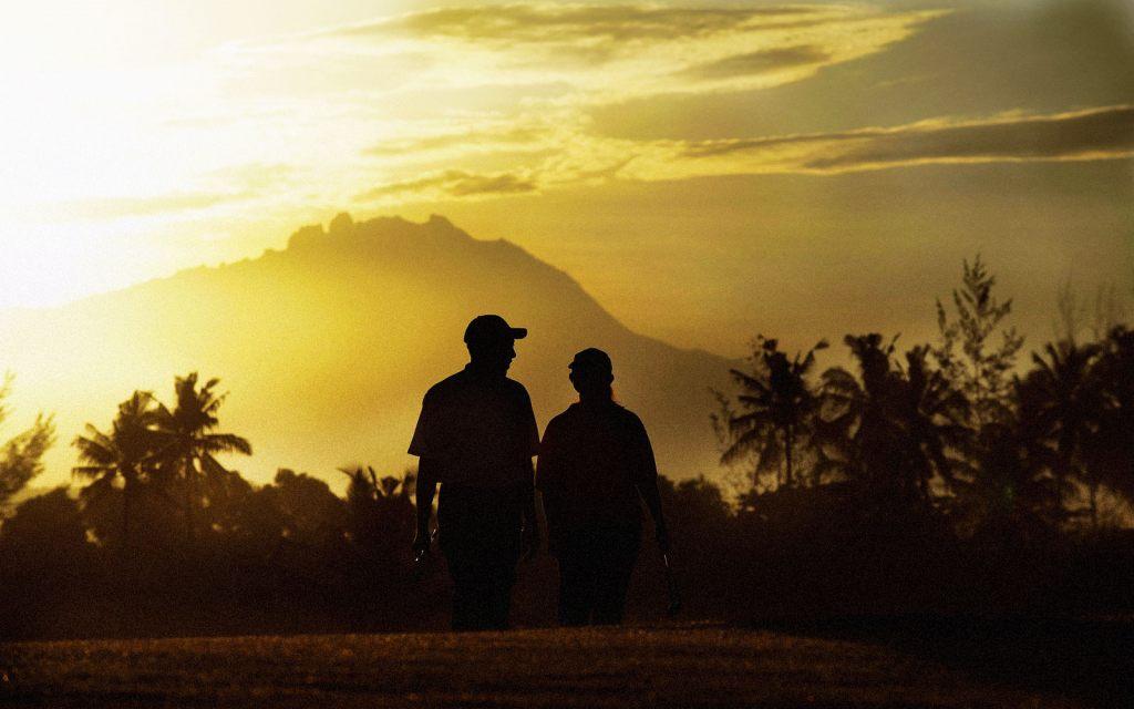 코타키나발루 가람부나이 GC(Nexus Golf Resort Karambunai) 카나발루산을 배경으로 라운딩하는 골퍼, Image from Nexus Golf Resort Karambunai