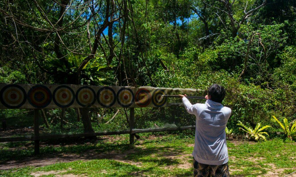 코타키나발루 맹그로브 투어 중 독침쏘기 체험
