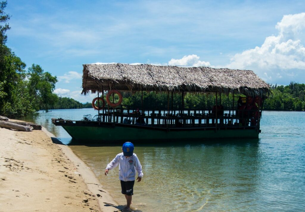 코타키나발루 맹그로브 투어 중 바다와 강이 만나는 곳에 정박한 배 모습-04224627