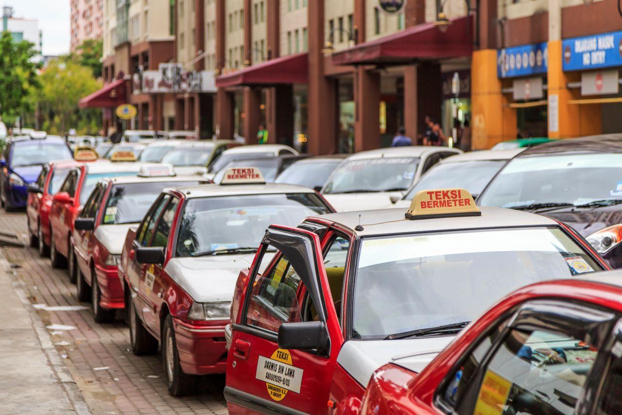 코타키나발루 시내 세터 포인트에서 승객을 기다리는 택시, Kota Kinabalu, Sabah, Taxi, waiting next to Centre Point Mall for passengers photo taken in Lorong Center Point., Photo by CEphoto, Uwe Aranas.jpg
