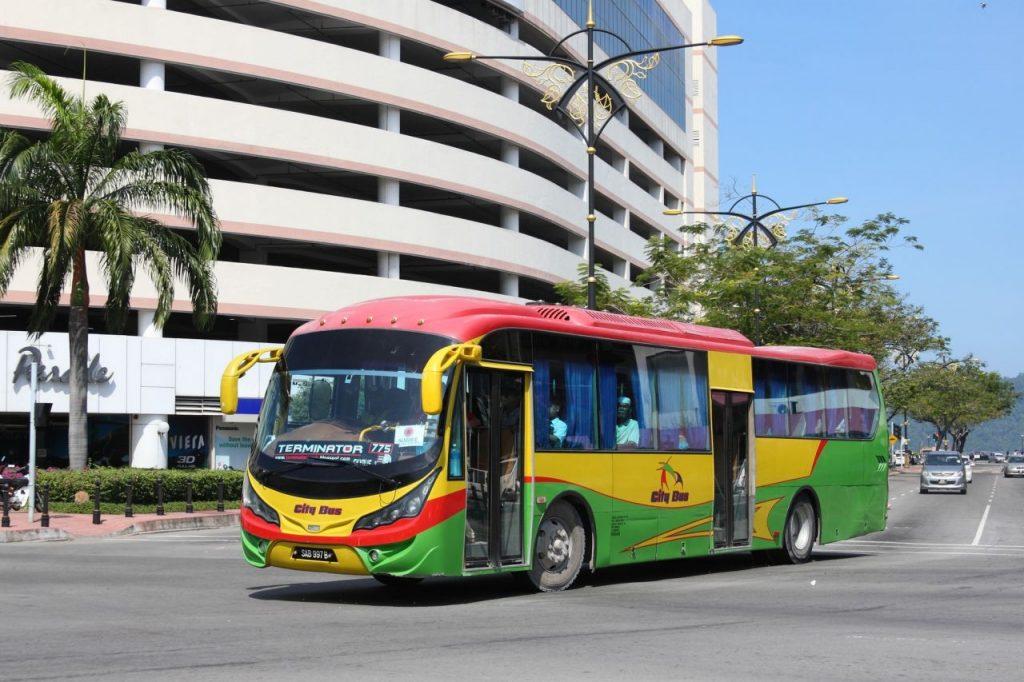 코타키나발루 시티 버스, City bus in Kota Kinabalu, Sabah, Malaysia, Photo by Ilya Plekhanov