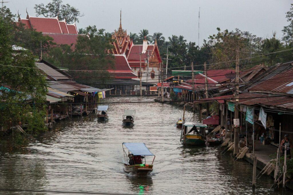 태국 암파와 수상 시장(Amphawa Floating Market), 사원이 보이는 풍경, Photo by Moody Man