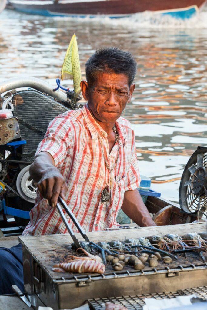 태국 암파와 수상 시장(Amphawa Floating Market), 생선을 굽다, Photo by Moody Man