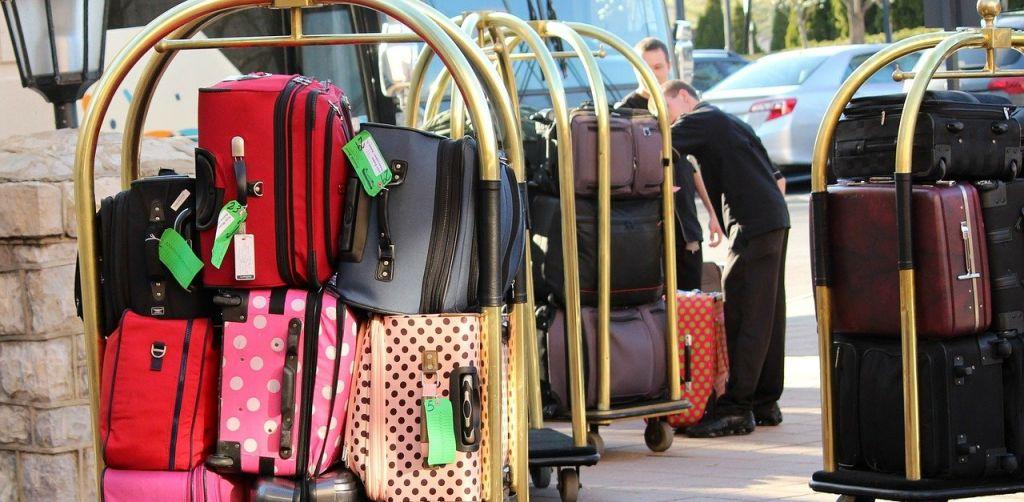 호텔 수하물 보관 서비스, bellman luggage cart phpto by Needpix