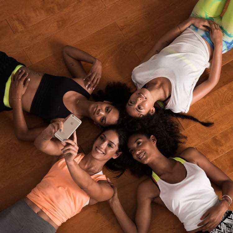 나이키 트레이닝 클럽 회원들이 활동을 마치고 기념 사진을 찍어 SNS에 올리고 있다, Image from Nike