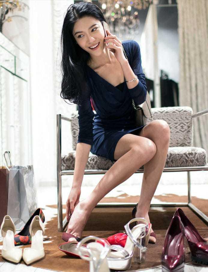 명품 럭셔리 구두를 착용해보고 있는 중국 여성,  Image frome McKinsey