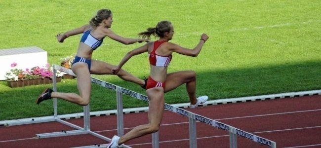 허들을 넘어 달리는 여자 육상 선수들, woman hurdle athletics, Photo by Bernd Hildebrandt